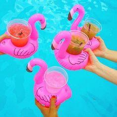 A Boia para Drinks Flamingo é incrível e vai fazer muito sucesso na sua piscina. Pode usada para carregar latas de bebidas, copos ou até mesmo taças. R$35,00 cada #tetrispresentes #criativosediferentes