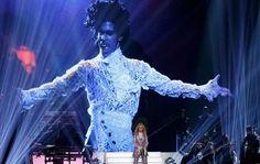 Madonna cerró el domingo la ceremonia de los Premios Billboard de la Música rindiendo homenaje a Prince con la ayuda de Stevie Wonder