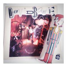 ël dïä mäs fëlïz dë lä sëmänä llëgö!  VIERNES !  FELIZ!   Además en  casa tenemos nuevo disco   . #disco #vinilo #buenviernes #viernesmood  #friyay #friday #instafashion #fridaymood #fridayiminlove #love #fashionblog #like4like #music #musiclover #bowie #decorblog #musica #rockeandola #glam