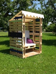 15 Beautiful Do-It-Yourself Pallet Gardens That You're Sure To Love Pallette Furniture, Diy Pallet Furniture, Diy Pallet Projects, Outdoor Projects, Garden Furniture, Pallet Ideas, Pallet Crates, Pallet Walls, Pallet House