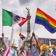 #LaSubrayada UNIÓN MULTICOLOR | Luego del triunfo de la Selección Mexicana de Fútbol ante Corea en Rostov, Rusia, la afición celebró en el Ángel como ya es costumbre donde también la comunidad LGBTTTI convocó a su marcha anual. Una diversidad de colores en un ambiente de respeto, celebración y cordialidad quedaron plasmados en ésta fotografía. Foto: @joseantesyois #subrayadomx #lgbttti #aficionados_mex #aficion #futbol #banderas #flags #gay #mexico #angeldelaindependencia #banderagay? Camiseta seleccion mexicana - Esta es la que considero la mejor camiseta que ha tenido la selección mexicana. Notese el genial estampado del calendario azteca. Esta fue la camiseta de México uso durante el mundial de 1998. Si la verde es genial, la blanca no se queda atrás ^^. Saludos a mi novia, que ya debe pensar que estoy loco xD, así a quienes gustan del futbol! - Fotolog