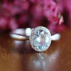Aquamarin Halo Diamant-Verlobungsring in 14 k Weissgold Eheringe Aquamarin-Ring Edelstein Ring März Birthstone, Gr. 7 (veränderbar) von LuxCrown auf Etsy https://www.etsy.com/de/listing/243805306/aquamarin-halo-diamant-verlobungsring-in
