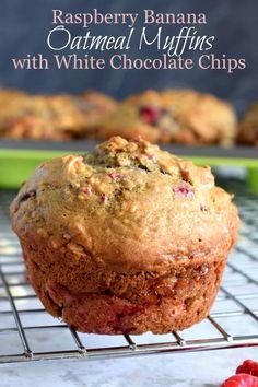 Raspberry Banana Oatmeal Muffins with White Chocolate Chunks White Chocolate Muffins, White Chocolate Desserts, Chocolate Chip Oatmeal, White Chocolate Chips, Yummy Treats, Delicious Desserts, Dessert Recipes, Cake Recipes, Yummy Food