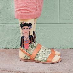 sul blog design di io donna www.blog.iodonna.it/design intanto questa calze frida kahlo le potete trovare su www.sockdrawer.com