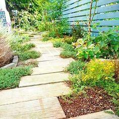あわい色の枕木の小道。 枕木の周りにはしっかりと緑の草や花を植えて印象的に。
