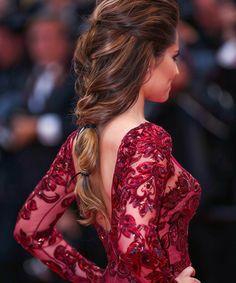 Οι χαλαρές και ανάλαφρες πλεξίδες σε μακριά μαλλιά, δημιουργούν ένα look με φυσικό όγκο χώρις κάποιες ιδιαίτερες τεχνικές.