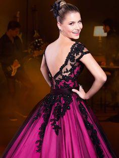 Vestido de 15 anos curto-longo, com decote bateau; vestido curto com forro pink… Quinceanera Dresses, Prom Dresses, Formal Dresses, Wedding Dresses, Propositions Mariage, One Step, Glamour, Frack, Dame