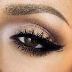 I like how the light eyeshadow on the corner of her eye fits perfectly with the black mascarq and eyeliner :)