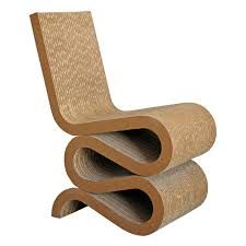 Wat: Wiggle Side Chair Miniatuur Ontwerper/fabrikant: Frank Gehry, Vitra Herkomst: Zwitserland  Materiaal: Karton Prijs: (miniatuur) €115,00