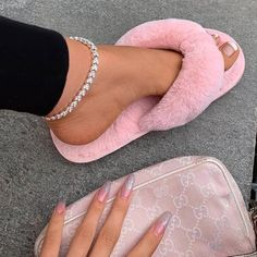 Image in Beauty. collection by 🌱 on We Heart It Ankle Jewelry, Ankle Bracelets, Cute Jewelry, Fuzzy Flip Flops, Flip Flop Shoes, Fluffy Shoes, Cute Slippers, Luxury Jewelry, Anklets