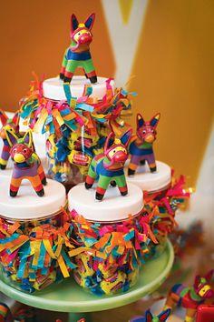 Adorables mini piñatas como decoración de cuellos de frascos para fiesta mexicana. #FiestaMexicana