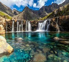 Piscinas de Fada, Ilha de Skye, Escócia. A água da principal cascata tem de percorrer mais de 2 km para chegar até à piscina