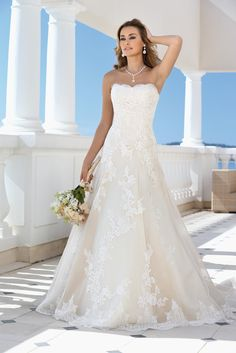 Een prachtige trouwjurk van Ladybird model 417033 heeft een mooie A-lijn en heeft prachtige kanten applicaties op de rok en een kanten rand op de sleep. Het strapless lijfje maakt de jurk klassiek en ook romantisch.