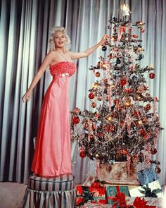 The glamorous Jayne Mansfield placing the angel topper on her Christmas tree in 25 Incredible Pictures Of Christmas Past Vintage Christmas Photos, Vintage Holiday, Christmas Pictures, Noel Christmas, Pink Christmas, Silver Tinsel Christmas Tree, Retro Christmas Tree, Tinsel Tree, 1950s Christmas