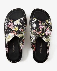 Hos Wakakuu hittar du noga utvalt High Fashion från några av världens populäraste varumärken Nagano är charmiga sandaler från 3.1 Phillip Lim. Med en bekväm lädersula och krossade silkesremmar blir dessa sandaler snabbt en sommarfavorit.