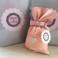 Nişan töreni hediyeliği için broşlu lavanta kesesi ve etiketli hediye çantası