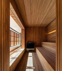 Nyt alkaa olla oikea hetki laittaa kesämökki kuntoon ja korkata saunakausi. Tai oikeastaan kastaa talviturkki ja vaihtaa kodin löylyt tunnelmallisiin mökkisaunoihin. Tämä sauna herättää utelaisiuuden: mitä mahtaa näkyä penkkiriviä vastapäätä olevasta isosta ikkunasta? #sauna