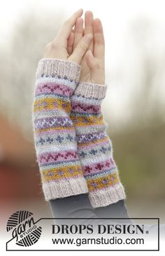 "Sweet as candy set / DROPS - free knitting patterns by DROPS design - The set includes: Knitted DROPS beret, collar scarf and wrist warmers in ""Karisma"" with colorfu - Fingerless Gloves Knitted, Knit Mittens, Knitting Socks, Loom Knitting, Knitting Patterns Free, Free Knitting, Free Pattern, Hat Patterns, Knitting Tutorials"