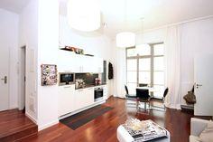 Schöne, elegant eingerichtete Küche mit Anbindung ans Wohnzimmer. Große Fenster, helle Fronten und ein gepflegter Parkettboden sorgen für ein elegantes Wohngefühl.  3-Zimmerwohnung in Berlin. #Küche #Wohnzimmer #interior