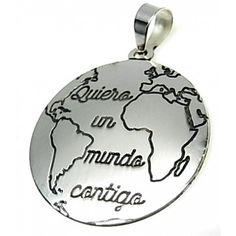"""Colgante de plata de primera ley liso redondo de 2,5 cm de diámetro con un mapa del mundo y la inscripción """"Quiero un mundo contigo"""". Fabricado al láser en España"""