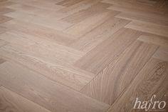 GEBRAUCHSFERTIG OXIDATIV WEISS GEÖLT LÄNGE: 790 mm BREITE: 150 mm STÄRKE: 10 mm SYSTEM: Dropdown Clic mit Fase AUFBAU: 2-Schicht Designdiele #hafroedleholzböden #parkett #böden #gutsboden #landhausdiele #bödenindividuellwiesie #vinyl #teakwall #treppen #holz #nachhaltigkeit #inspiration Hardwood Floors, Flooring, Vinyl, Design, Inspiration, Master's Degree, Wood Floor, Stairways, Wooden Stairs