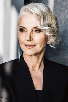 18 Modern Hairstyles For Women Over 60 To Keep Up With Trends Mannequin Senior, Beautiful Old Woman, Advanced Style, Ageless Beauty, Modern Hairstyles, Short Hairstyles, Aging Gracefully, Silver Hair, Mode Style