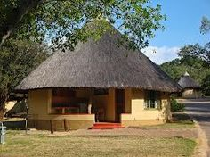 rondavels - Google zoeken Thatched House, Thatched Roof, African Hut, Round House Plans, Chalet Style, Glass Door, Glamping, Farmhouse, Cabin