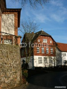 Straßenecke mit alter Kirchenmauer im hessischen Dorf Wißmar in der Gemeinde Wettenberg