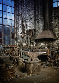 We used to have this old blacksmith shop at the farm Blacksmith Workshop, Blacksmith Forge, Blacksmith Projects, Welding Projects, Craft Projects, Antique Tools, Old Tools, Vintage Tools, Fabrication Metal