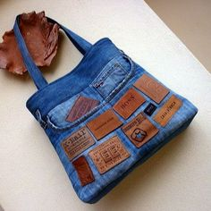Recycled denim bag with a clever use of labels Jean Crafts, Denim Crafts, Jeans Recycling, Mochila Jeans, Jean Diy, Diy Sac, Denim Purse, Denim Ideas, Recycled Denim