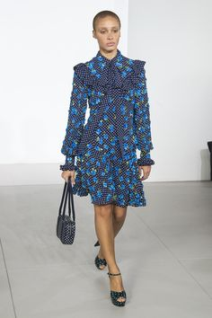 Michael Kors OFF! The complete Michael Kors Collection Fall 2018 Ready-to-Wear fashion show now on Vogue Runway. Women's Runway Fashion, Vogue Fashion, Couture Fashion, Style Fashion, Fashion Outfits, Catwalk Collection, Fashion Show Collection, Michael Kors Fall, Fashion Week 2018