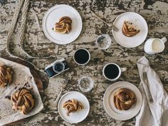 """Kardemommesnurrer er den mere """"kardemommede"""" storesøster til den kendte kanelsnurre. Du vil ELSKE den! Få opskriften hos Copenhagen Cakes."""