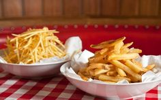 Batatas fritas perfeitas: tradicional e palha passo a passo