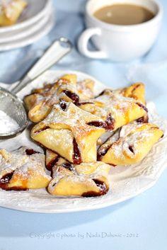 .................... Mali prhki keks nadjeven marmeladom koji uvijek odlično paše, uz jutarnju ili uz popodnevnu kavu...............
