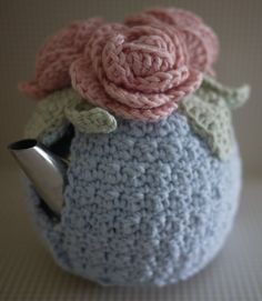 Knit or Crochet Mug Hug Snugs, Tea Cozy/Cosy/Cosies! And other wraps for food items Romantic crochet tea cosy will disguise the most brutalist metal teapot! Crochet Cozy, Crochet Crafts, Crochet Projects, Free Crochet, Hand Crochet, Crochet Granny, Double Crochet, Crochet Roses, Crochet Geek