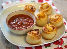 Sofie heeft voor vandaag pizzarolletjes gemaakt met een tomaten-dip. Deze pizzarolletjes zijn ideaal voor bijvoorbeeld een (kinder)feestje, ze zijn namelijk heel makkelijk uit de hand te eten en ze zien er ook nog eens heel leuk uit!�En het mooiste van�