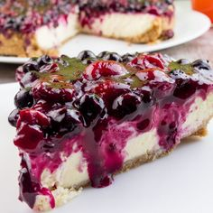 Cheesecake cu vișine și coacăze – desertul care îți va lăsa gura apă! E perfect... - savuros.info Fruit Recipes, Cheesecake Recipes, Cookie Recipes, Dessert Recipes, No Cook Desserts, Delicious Desserts, Mini Cakes, Cupcake Cakes, Artisan Food