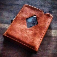 Meine neue minimalistische Geldbörse und Kartenbörse von Exentri in Cognac-Leder. Hat Platz für bis zu 12 Karten plus Geldscheine. Der 50-Schein passt in der Höhe noch gut rein.  Habs bei Amazon gefunden. Für unter 50. Besonders clever: Die vordere und hintere Karte kann leicht entnommen werden ohne das Wallet zu öffnen. Ist echt super kompakt und passt in jede Hosen- und Hemdtasche.  #leathercraft #leathergoods #leather #learherbriefcase #menstyle #mensfashion #menswear #briefcase…