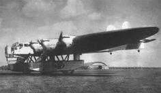 """К-7, 1933 К-7 представлял собой гигантское эллиптическое крыло толстого профиля размахом 53 м. К-7 проектировался как многоцелевой самолет гражданского и военного применения. Один из пассажирских вариантов предусматривал перевозку 128 пассажиров на расстояние до 5000 км. Другой вариант - """"люкс"""" - предполагал установку в крыле двухъярусных пассажирских кабин по 8 человек в каждой - всего 64 спальных места. В машине располагались комфортабельная кают-компания, буфет, кухня и радиорубка."""