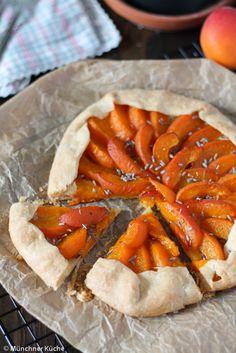 Die Galette mit Aprikosen schmeckt besonders gut, wenn man sie noch lauwarm genießt.