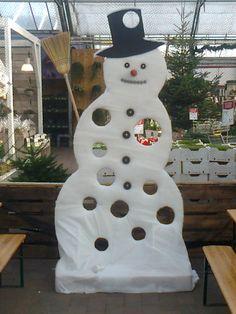 sneeuwman gemaakt voor de Intratuin voor speciale kinderdagen om ballen te gooien voor leuke prijsjes. Gemaakt en gefotografeerd door Leen de Ruiter
