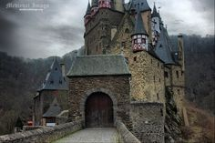 Il castello di Eltz è un castello medievale situato presso Wierschem sulle colline sovrastanti la Mosella tra Coblenza e Treviri in Germania.