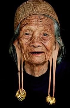 Dayak Kenyah tribe East Kalimantan in Indonesia people portrait beautiful photo picture amazing photography old woman lady earring stretch Old Faces, Body Modifications, Interesting Faces, Body Mods, World Cultures, People Around The World, Belle Photo, Old Women, Portrait Photography