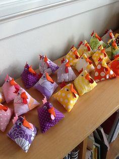 Avesjov kyllinger Felt Crafts, Easter Crafts, Fabric Crafts, Diy And Crafts, Card Crafts, Easter Vacation, Diy For Kids, Crafts For Kids, Puffy Quilt