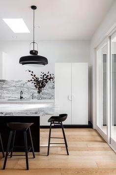 Home Interior Contemporary Black and white interior design.Home Interior Contemporary Black and white interior design Black And White Interior, White Interior Design, Interior Design Kitchen, Interior Design Inspiration, Black White, White House Interior, Interior Colors, Black And White Design, Contemporary Interior