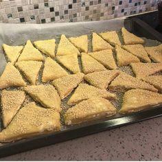 Τυροπιτάκια κούρου πολύ νόστιμη και Πολύ εύκολη συνταγή μία τέλεια λύση για το σχολικό κολατσιό των παιδιών μας Και όχι μόνο.. - igastronomie.gr Butcher Block Cutting Board, Recipies, Bread, Pizza, Food, Fine Dining, Recipes, Breads