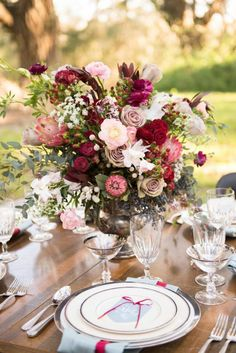 gros bouquet de fleurs pour bien decorer la table de jardin