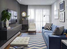 Sala de estar mais sóbria com destaque para o rack de TV na mesma cor da parede. Projeto Robert Robl. #lardecora#home #homedecor #homedesign #decoration #homedetails #instahome #intadecor #design #decor #interiordetails #homeinterior #interiores #decorate #homedecoration #homestyle #decorar  #decoraçãodeinteriores #decoração #interior#interiordesing#inspiração