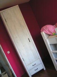 Sky... een lekkere hoge, smalle kast. Ideaal voor kleine kamers. Je kunt er ook 2 kiezen... met tegengesteld draaiende deuren. Daartussen kunnen we dan een commodeblad, buroblad of boekenplankjes voor je maken. Keuze uit diverse kleuren hout.