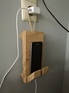 Hang gadget smartphone Wooden Crafts, Diy Wood Projects, Woodworking Plans, Woodworking Projects, Wooden Phone Holder, Diy Phone Stand, Wood Home Decor, Salvaged Wood, Wood Crafts